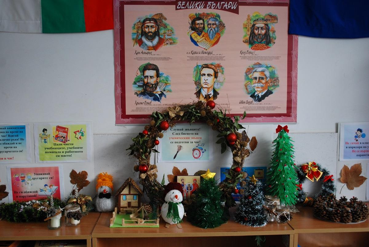 """Г-жа Делчева, г-жа Джелепова и 3 """"а"""" клас, ОУ """"Св. св. Кирил и Методий"""", гр. Кърджали. """"Първо се заехме с украсата на коледната елха. Всяка Коледа добавяме по една нова играчка за късмет."""""""