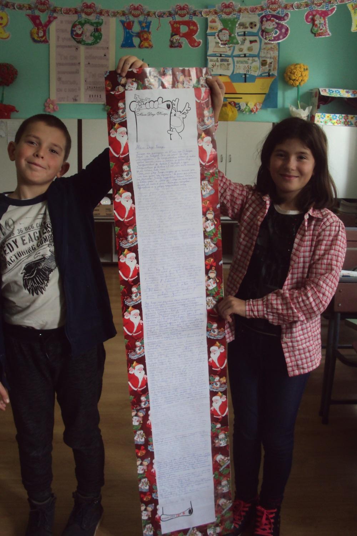 """Г-жа Димитрова и 4 клас, ОУ """"Йордан Йовков"""", гр. Каварна. """"Четвъртокласници  държат писмото, което  изпратихме до Дядо Коледа за конкурса на Български пощи."""""""