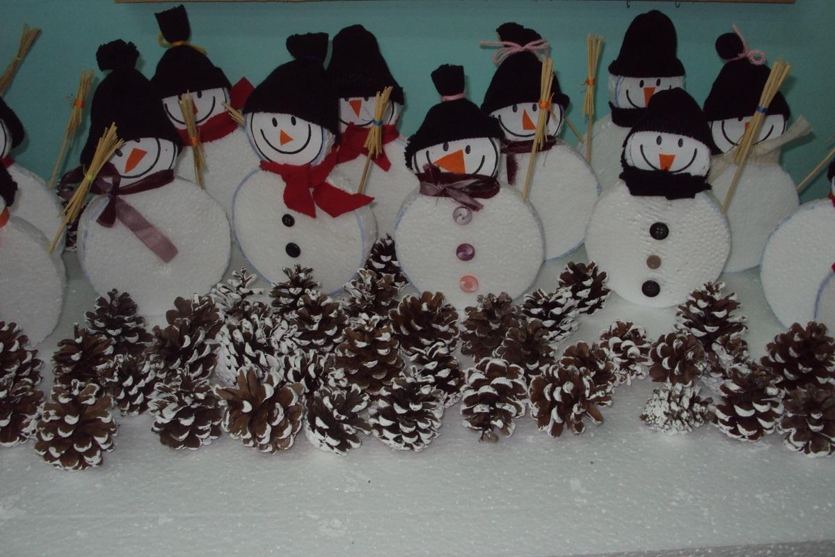 """Г-жа Димитрова и 4 клас, ОУ """"Йордан Йовков"""", гр. Каварна. """"Подбрахме снимка със Снежковци. Та нали Снежният човек  е символ на радост. Събирането на  шишарките от близкия до училище парк, беше приключение, а боядисването- забавно."""""""