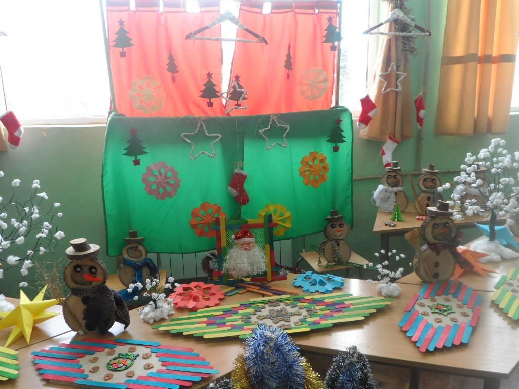 """Г-жа Никифорова и 4 """"а"""" клас, СУ ,,Асен Златаров"""", гр. Шабла. """"Малките сръчковци от 4-а клас повече от месец се готвиха за украсата на своята класна стая."""""""