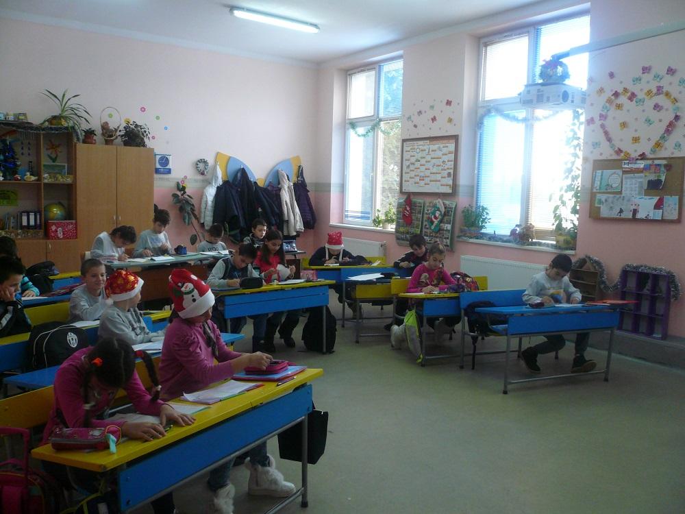 """Г-жа Терзиева и 4 клас, НУ """"Цани Гинчев"""", гр. Лясковец. """"Картичките сме си ги изработили сами, елхичката е малка, но стои на много важно място, а фенерчето отдолу осветява пътя към нашите желания за да бъдат сбъднати в Коледната нощ."""""""