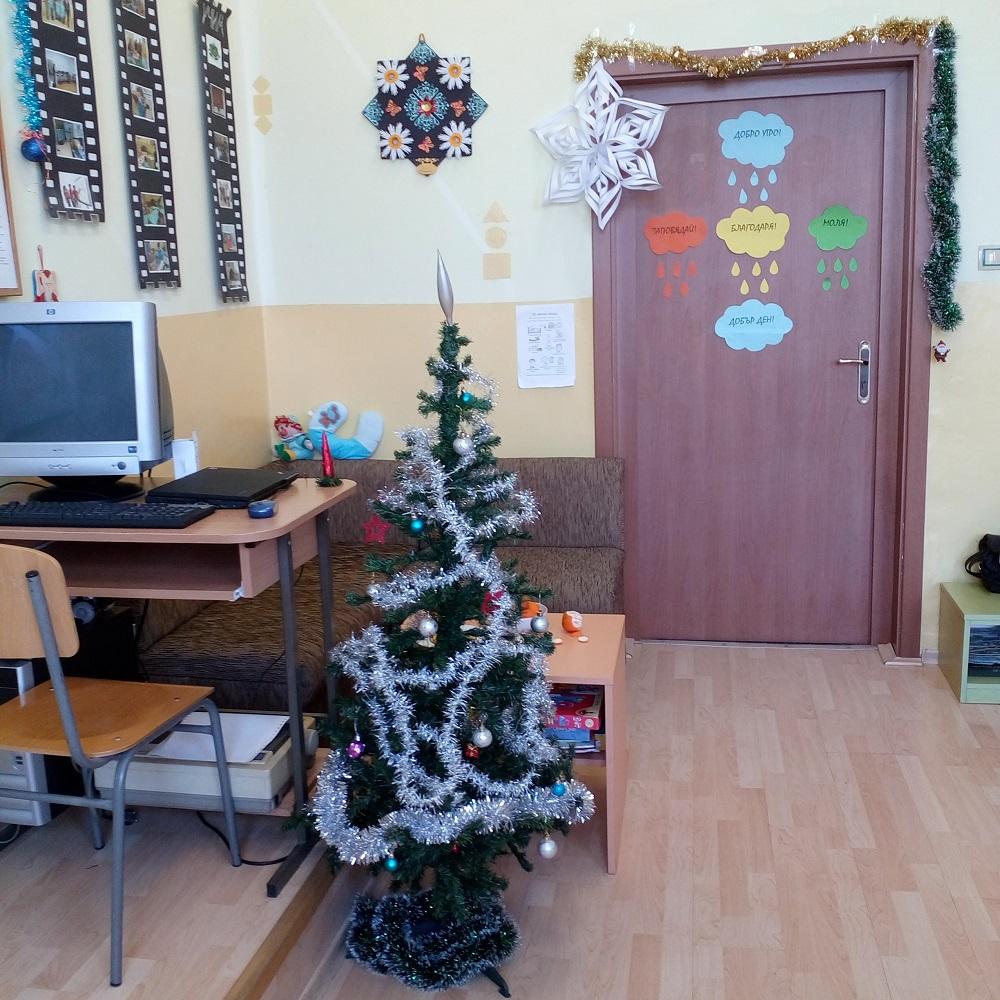 """Г-жа Петкова, г-жа Димитрова и ученици от ОУ """"П.Р.Славейков"""",  гр. Бургас. """"Както всяка година учениците украсиха ресурсния кабинет - с новогодишни песни и много весело настроение. Всяка година го правим по различен начин. Тази година елхата ни е сребърна..."""""""