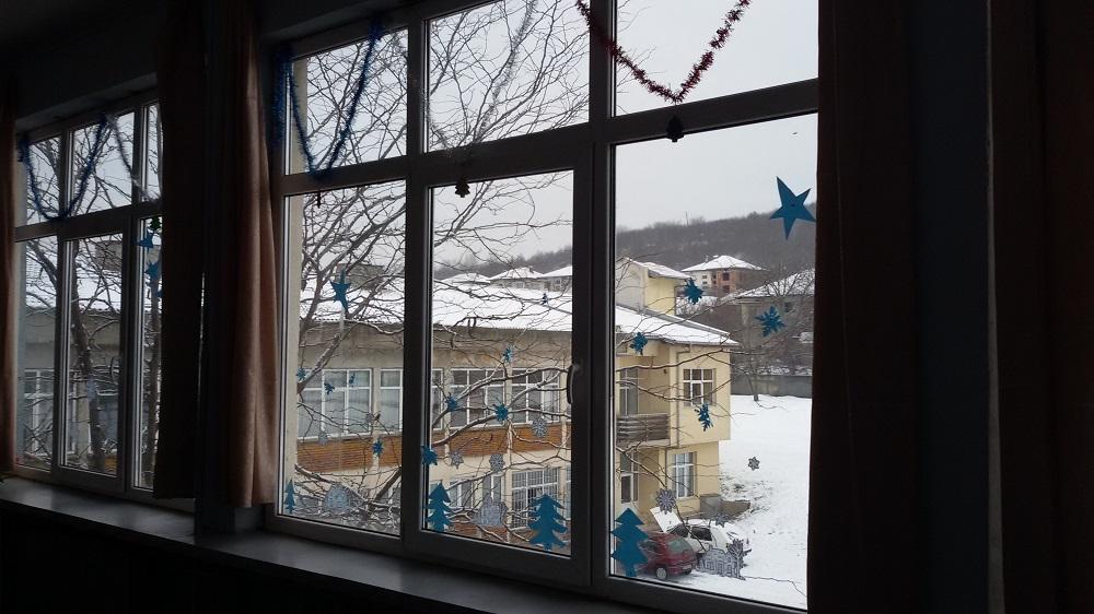 """Г-жа Тодорова и 4 клас, ОУ """" Св. Св. Кирил и Методий"""", гр. Ловеч. """"Коледната украса беше създадена с много настроение, с много желание от всяко дете, което е вложило своето сърце за празничната, коледна обстановка на нашата стая."""""""